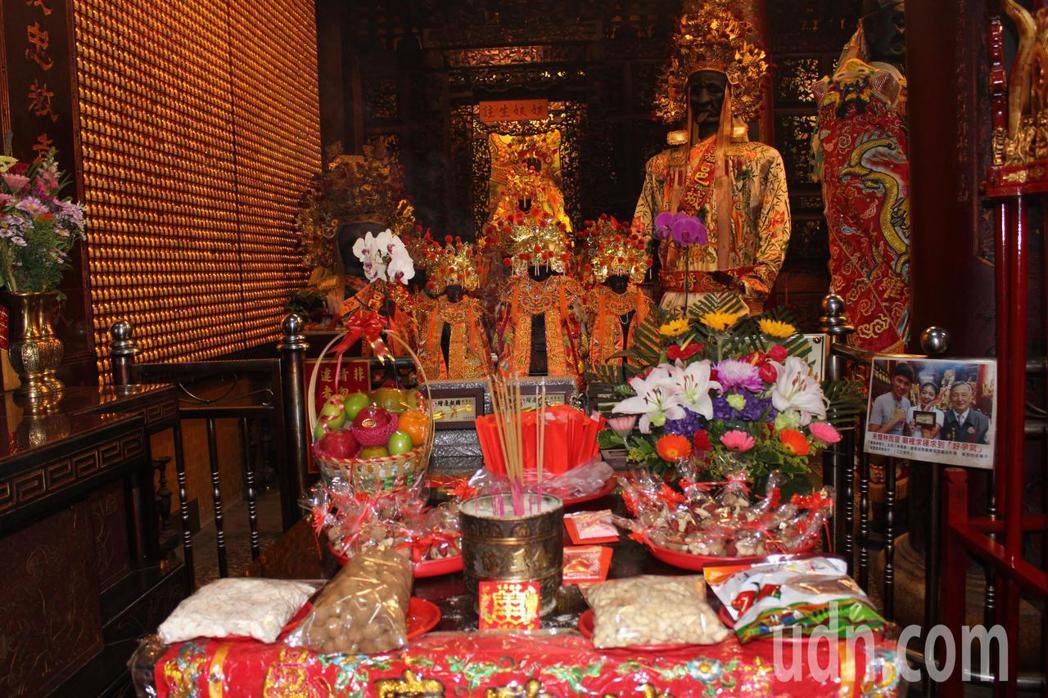 嘉義市政府本月13日將舉辦集體婚禮,今天在嘉義城隍廟舉辦「金鏟子好孕祈福」儀式,...