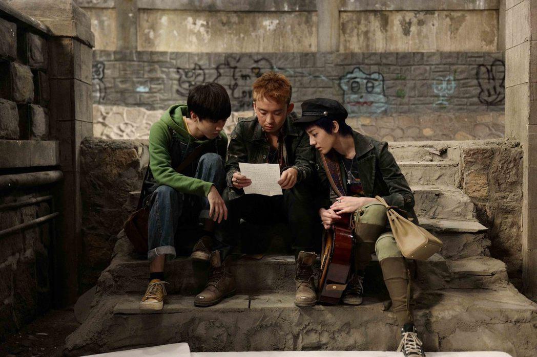 迪麗熱巴(右起)、董子健、王俊凱主演華語版「解憂雜貨店」。圖/華映提供