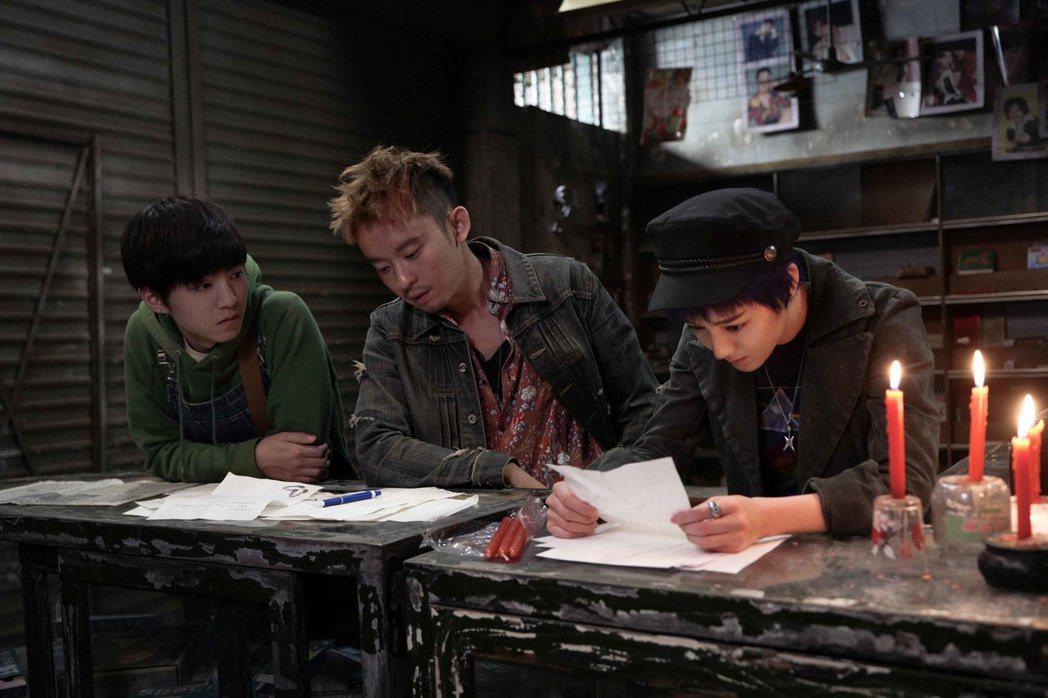 迪麗熱巴(右起)、董子健、王俊凱在「解憂雜貨店」扮演從小於孤兒院一起長大的密友。...