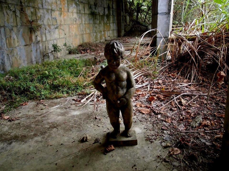 尿尿小童躲在南投縣雙冬花園的各個角落,因破損更顯詭譎。圖/許姓讀者提供
