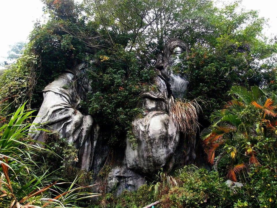 南投縣雙冬花園草木叢生,四大聖像就隱身樹林,彷彿正睥睨窺視著。圖/許姓讀者提供