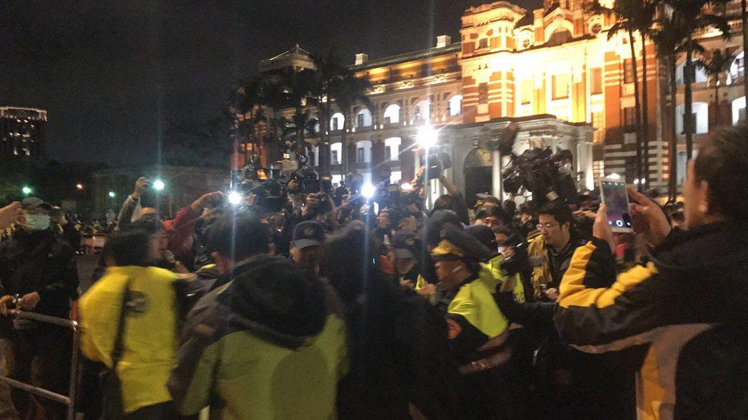 時代黨團靜坐 搬音箱被擋喊:馬英九就這樣倒台的!