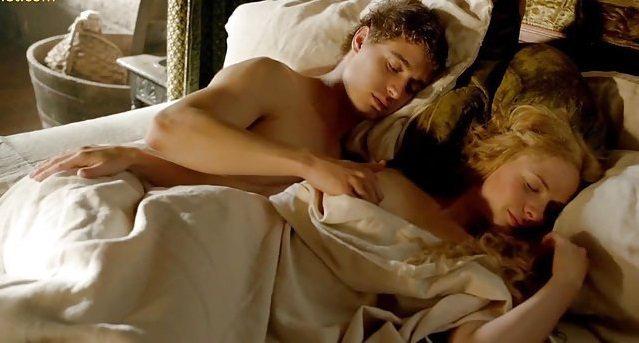 馬克斯艾恩斯與蕾貝卡佛格森的床戲在英國版小心未露點。圖/擷自YouTube