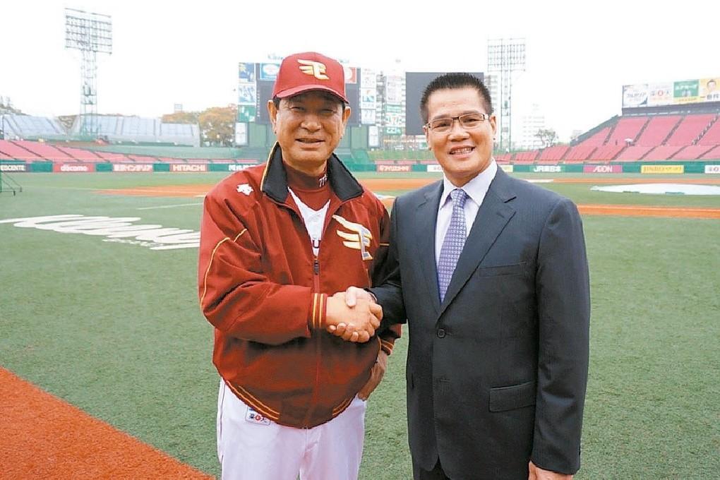 與郭源治(右)有深厚的情誼的星野仙一(左)在2011年接任樂天監督,金鷲在他的帶...