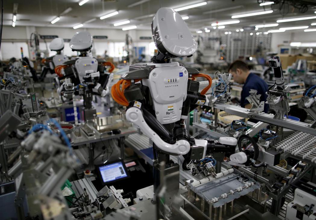 IFS示警,基本工資調幅過大恐讓雇主以機器人取代人力。 (路透)
