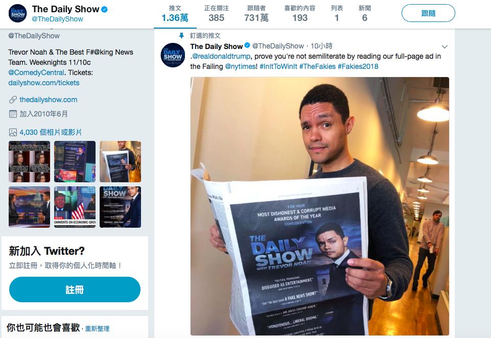 「每日秀」登廣告競爭最不誠實媒體獎,主持人諾亞5日在推特發布一張他拿著紐時全版廣...
