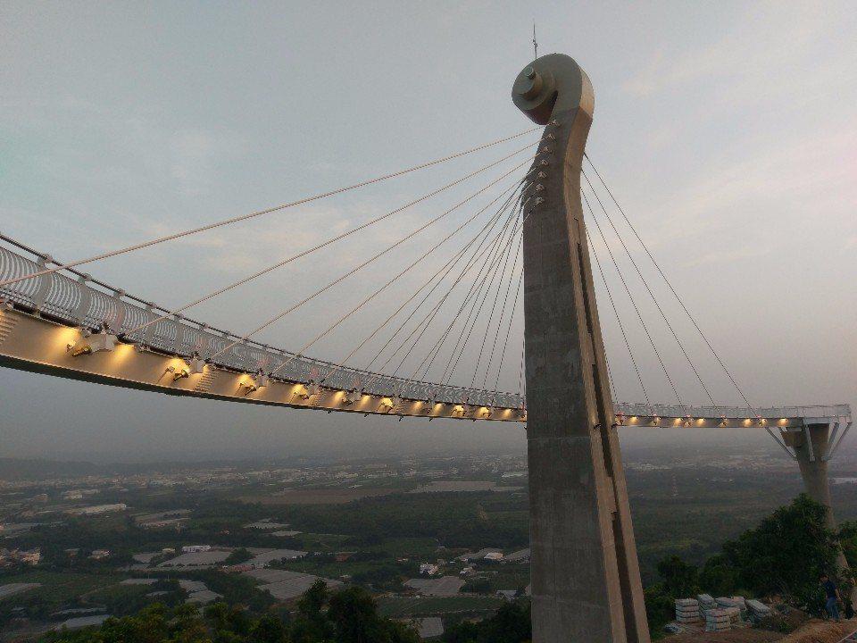 如提琴一般的吊橋。(提供/高雄市觀光局)