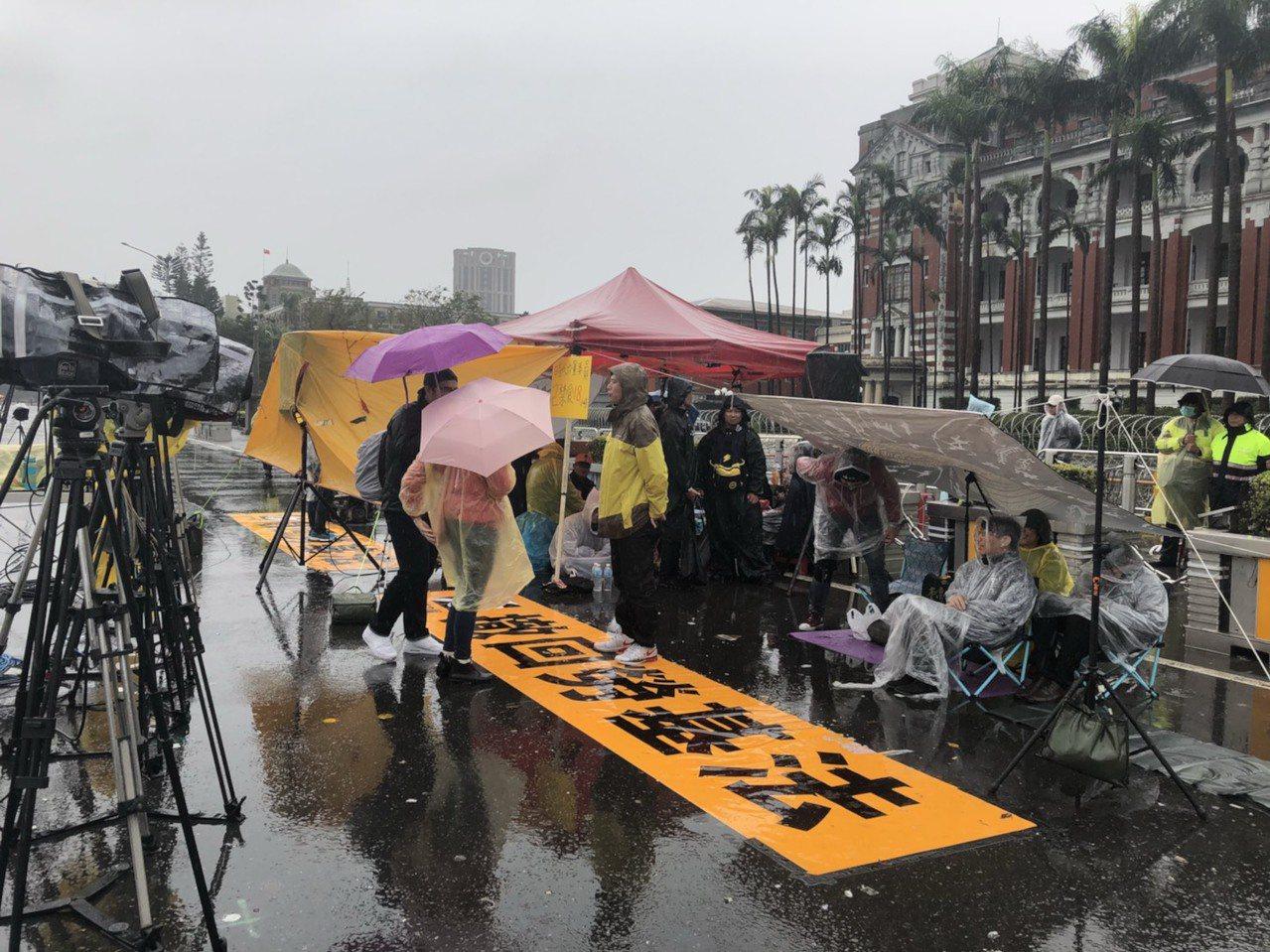 時代力量在府前抗議勞基法再修法,目前已禁食18小時。記者丘采薇/攝影