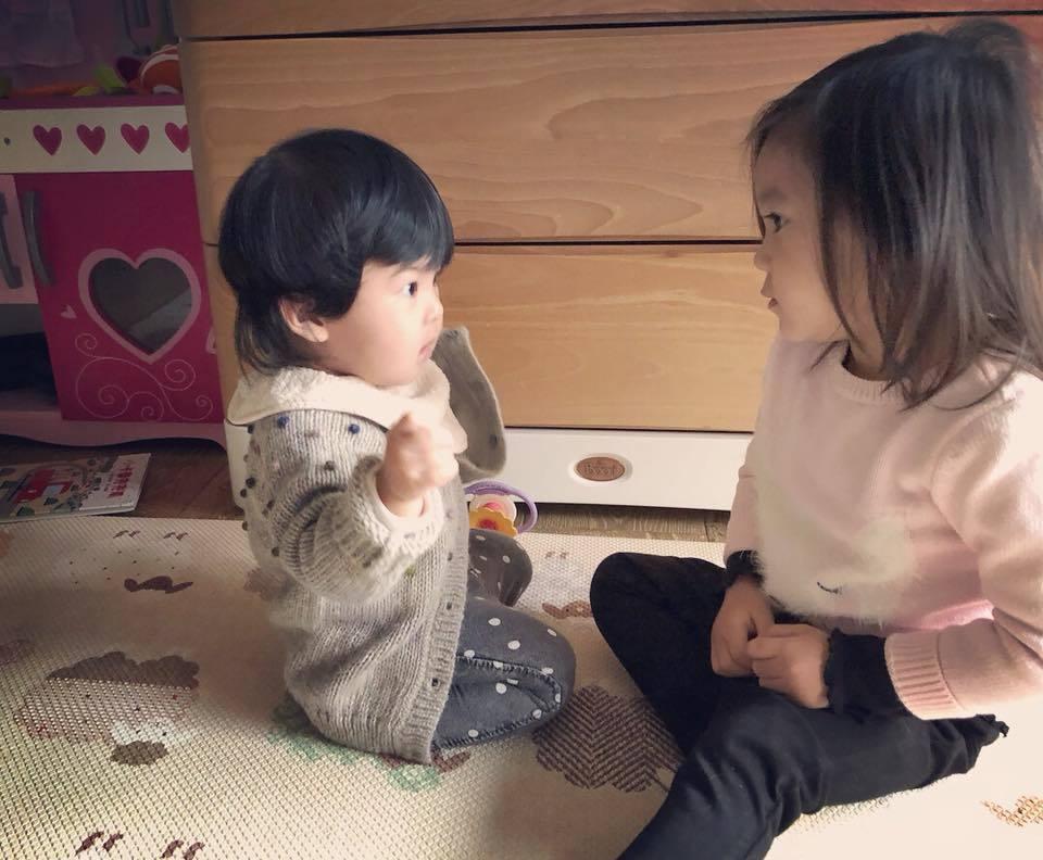 咘咘安慰爆哭的Bo妞。圖/摘自臉書