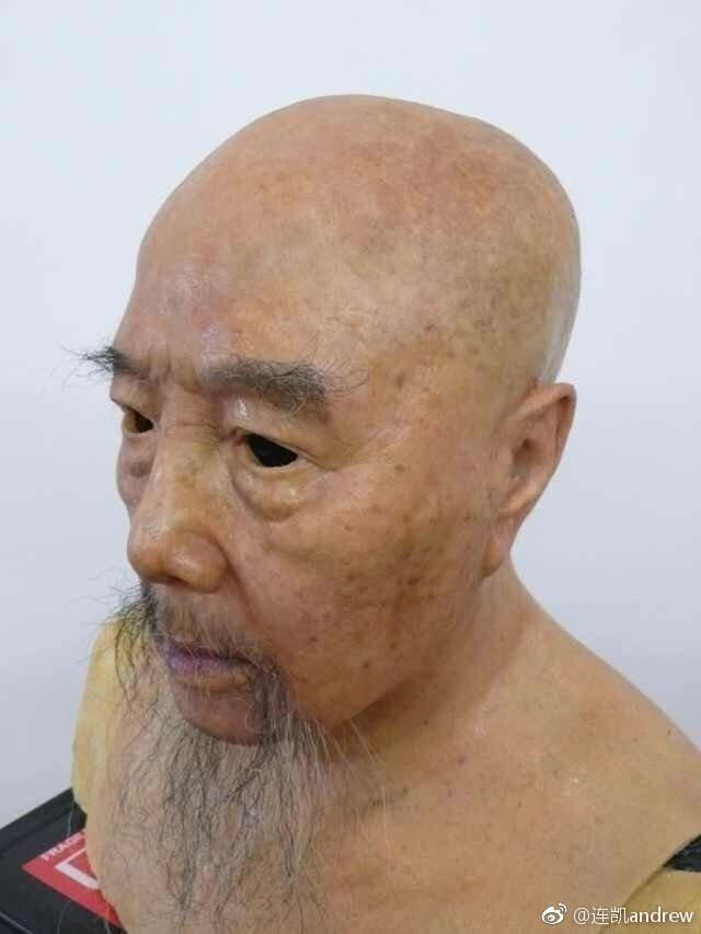 連凱po出自家製作的面具。圖/摘自微博