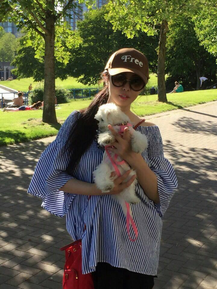 王祖賢發布最新照片,和愛犬外出享受陽光。圖/摘自臉書