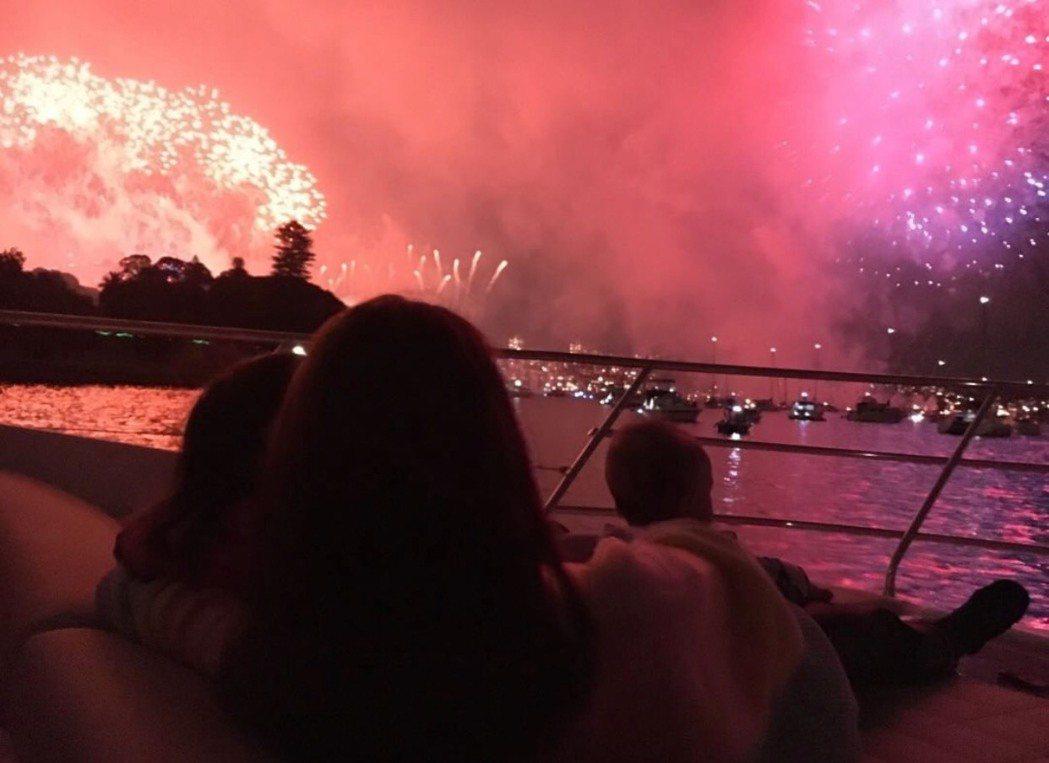 周杰倫從後方拍昆凌和孩子,一家人坐在遊艇上看煙火。圖/摘自周杰倫IG