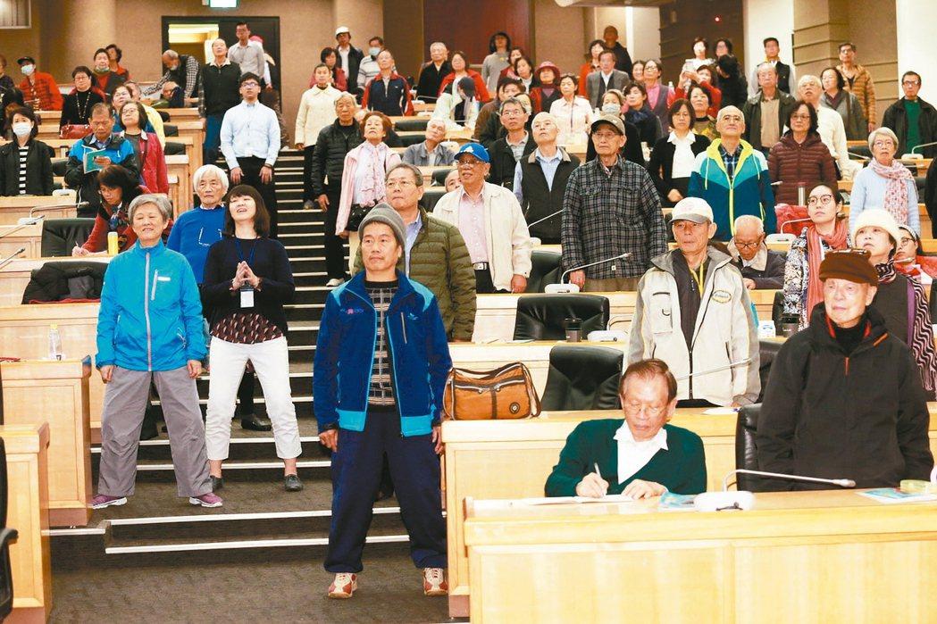 講座現場觀眾跟著醫師一起做運動。 記者黃義書╱攝影