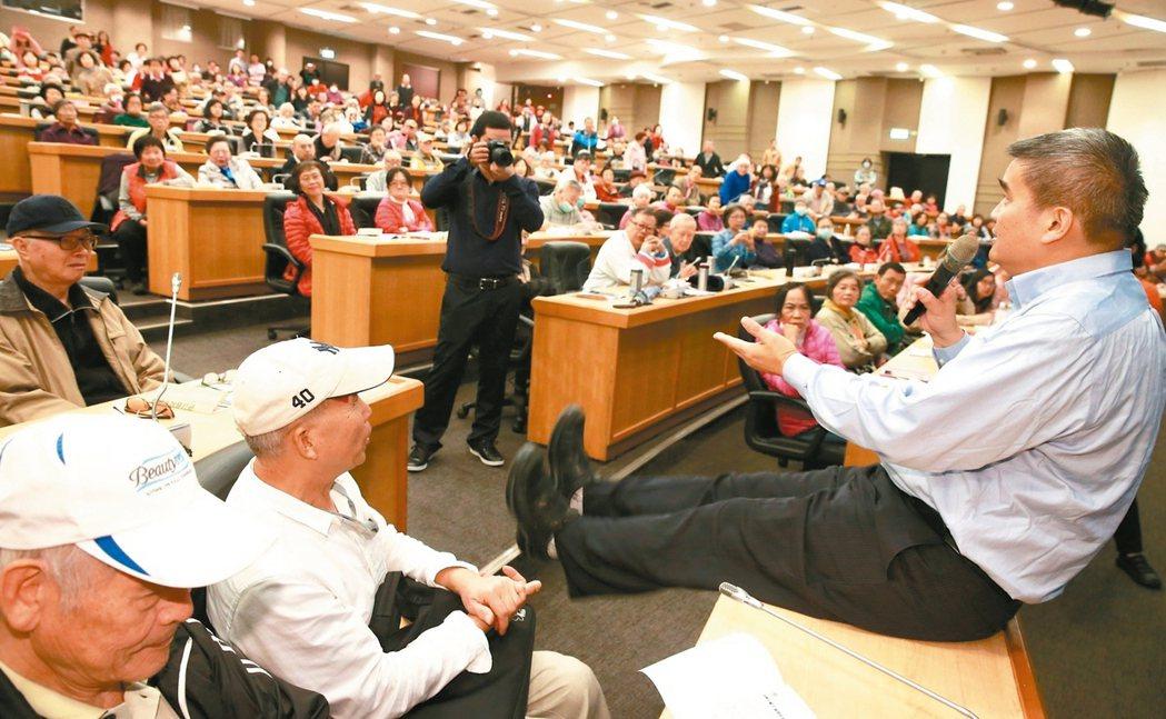 花世源醫師現場示範,教導膝關節退化患者如何做運動。 記者黃義書╱攝影