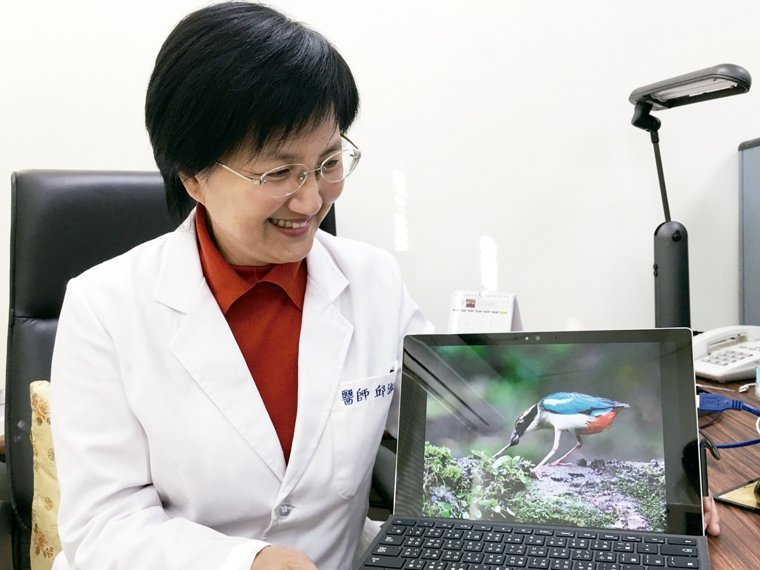 邱淑媞展示她的鳥類攝影作品。 記者鄧桂芬╱攝影