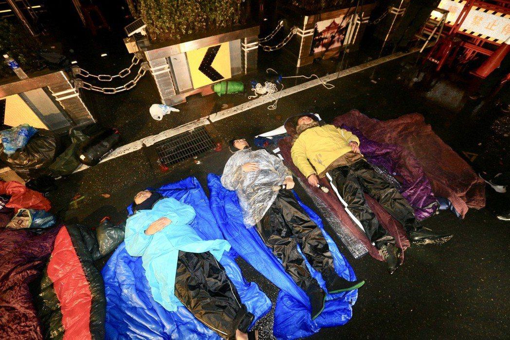 時代力量黨團在總統府前靜坐禁食抗議勞基法再修法,今天凌晨約0點10分時代力量帳篷...