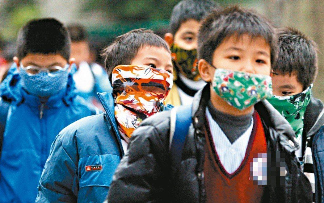 台灣西部空汙嚴重,越來越多學童出門戴口罩。 圖/聯合報系資料照片
