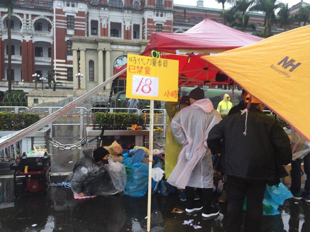 時代力量在府前禁食抗議勞基法修惡。 圖/聯合報系資料照片