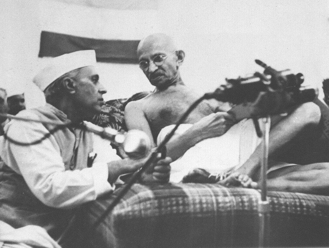 1942年8月8日,印度獨立運動領袖甘地 (右) 與一名印度議會代表談話。 (美...