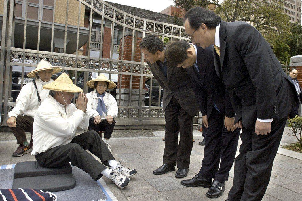 為督促立委在選前通過席次減半的法案,林義雄(左)在立法院門口禁食,民進黨黨團三長...
