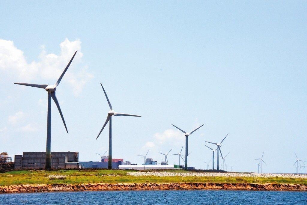 再生能源發電計畫的重頭戲-離岸風電廠的建置,吸引了各國離岸風電業,前往彰化外海為...