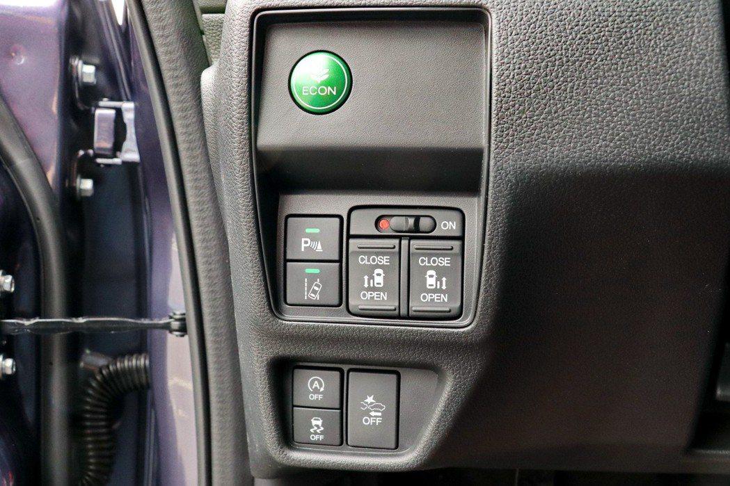 駕駛座左方一系列的控制鍵。 記者陳威任/攝影