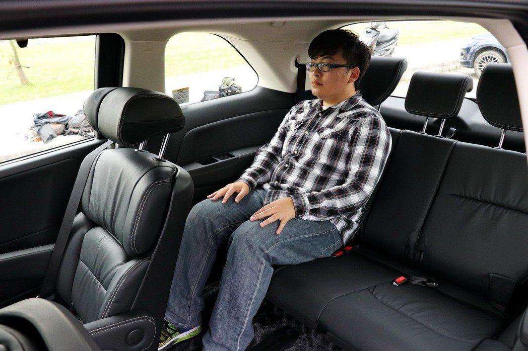 第三排空間即便是成年男性乘坐也相當足夠。 記者陳威任/攝影