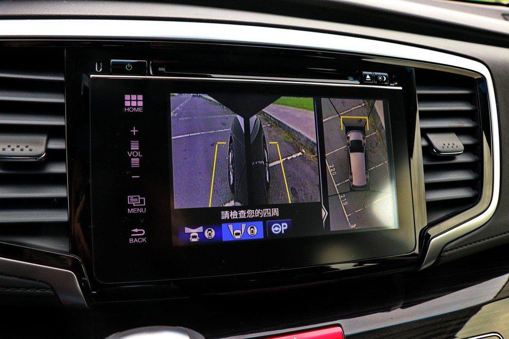 7吋全彩觸控螢幕音響,可支援倒車與360度環景影像顯示。 記者陳威任/攝影