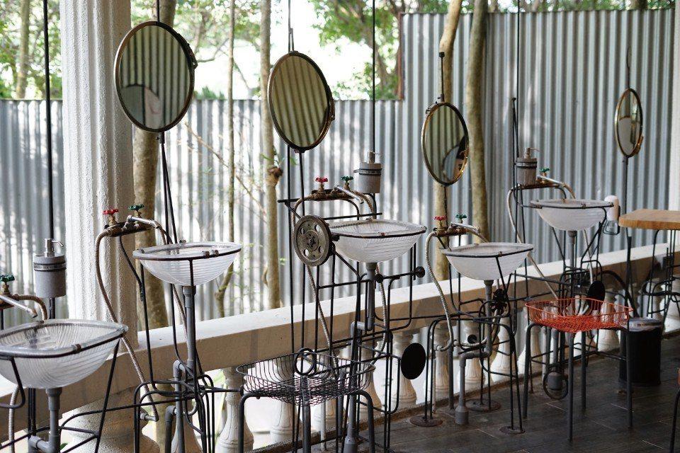 以回收材料所打造的衛浴空間。(圖片來源/《劉太太和你露營趣》)