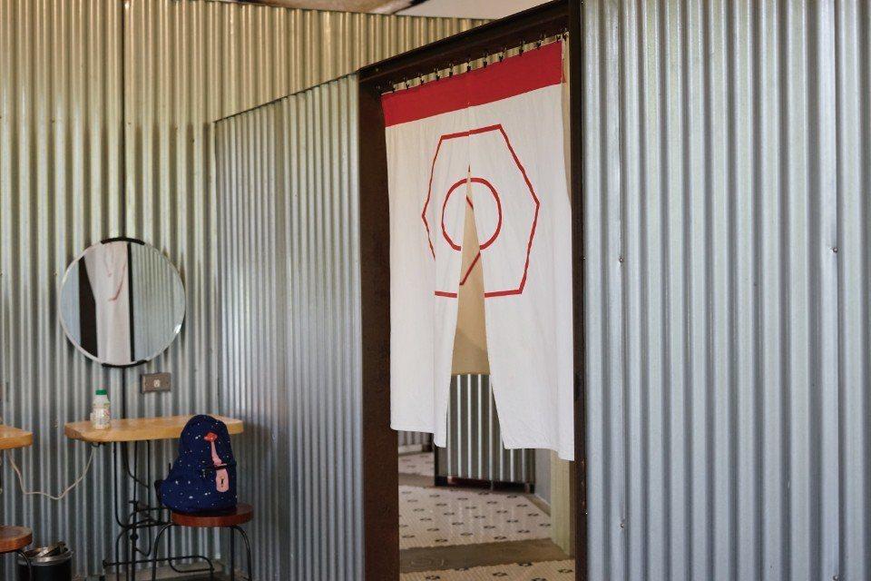 女生廁所是用螺帽來代表。(圖片來源/《劉太太和你露營趣》)