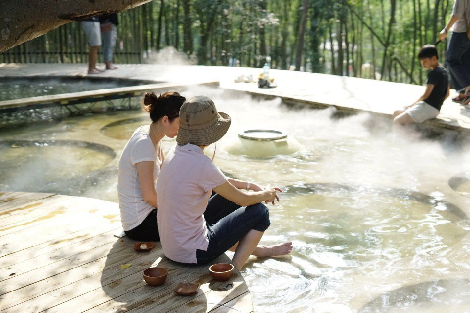 脫去鞋襪,光著腳踩在水池中,沁涼的池水讓心安定下來。(圖片來源/《劉太太和你露營...
