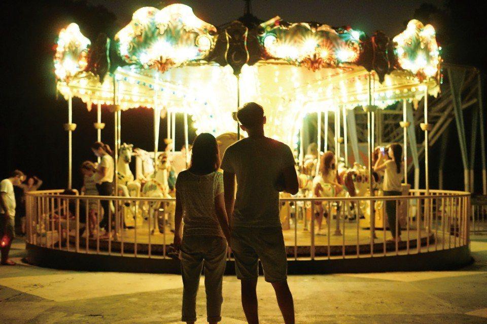 點亮燈光後,旋轉木馬顯得格外夢幻。(圖片來源/《劉太太和你露營趣》)