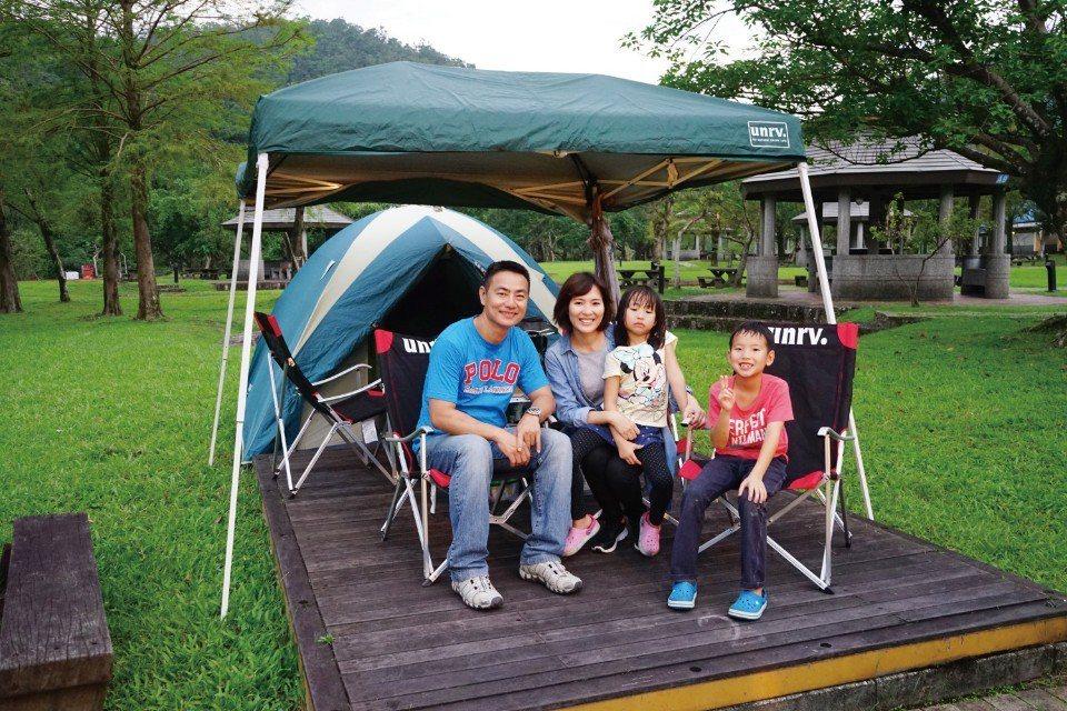 由飯店將裝備準備好,只需提著行李就能出發去露營。(圖片來源/《劉太太和你露營趣》...