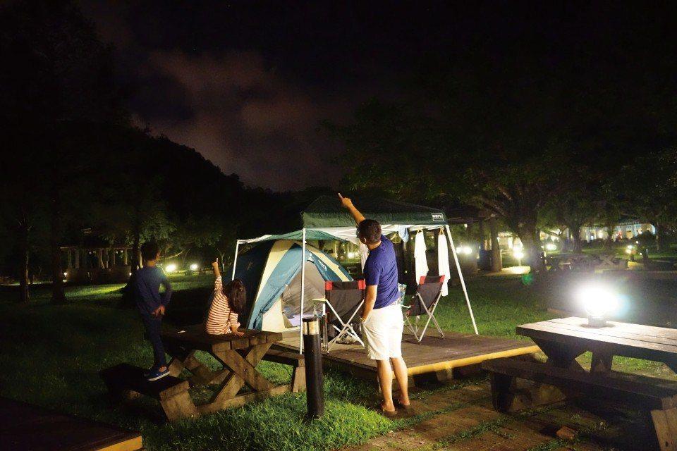 入秋的夜晚,涼風徐徐,還有滿天星星陪伴,這是台灣最適合露營的季節了。(圖片來源/...