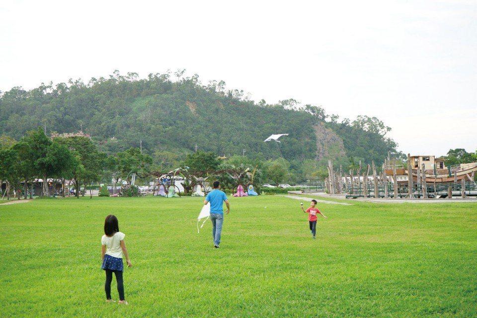 在寬廣的武荖坑風景區中,可以散步、騎腳踏車或是放風箏。(圖片來源/《劉太太和你露...