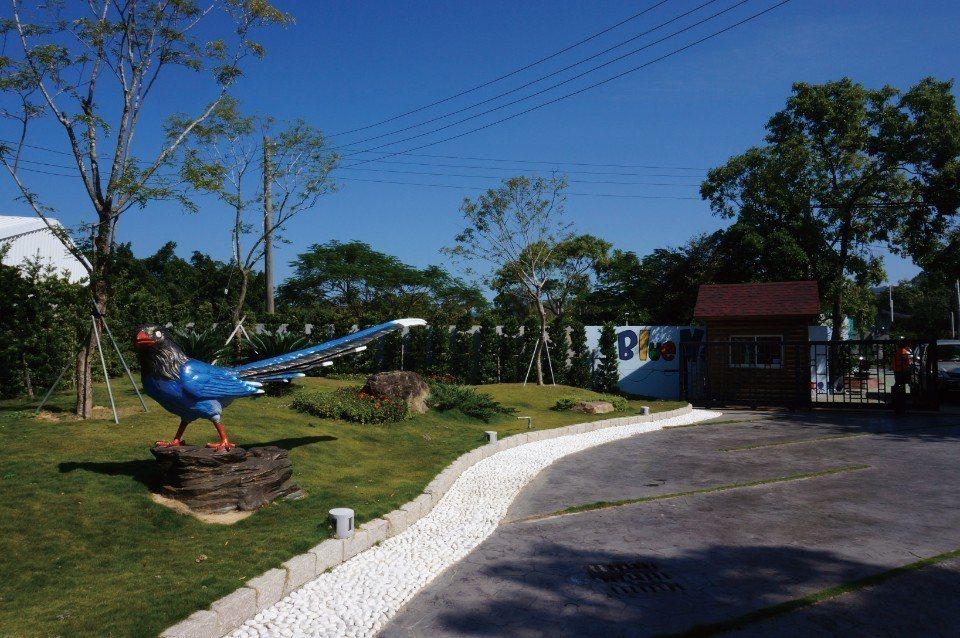 鵲度假莊園的門口有一隻漂亮的大藍鵲地標。(圖片來源/《劉太太和你露營趣》)