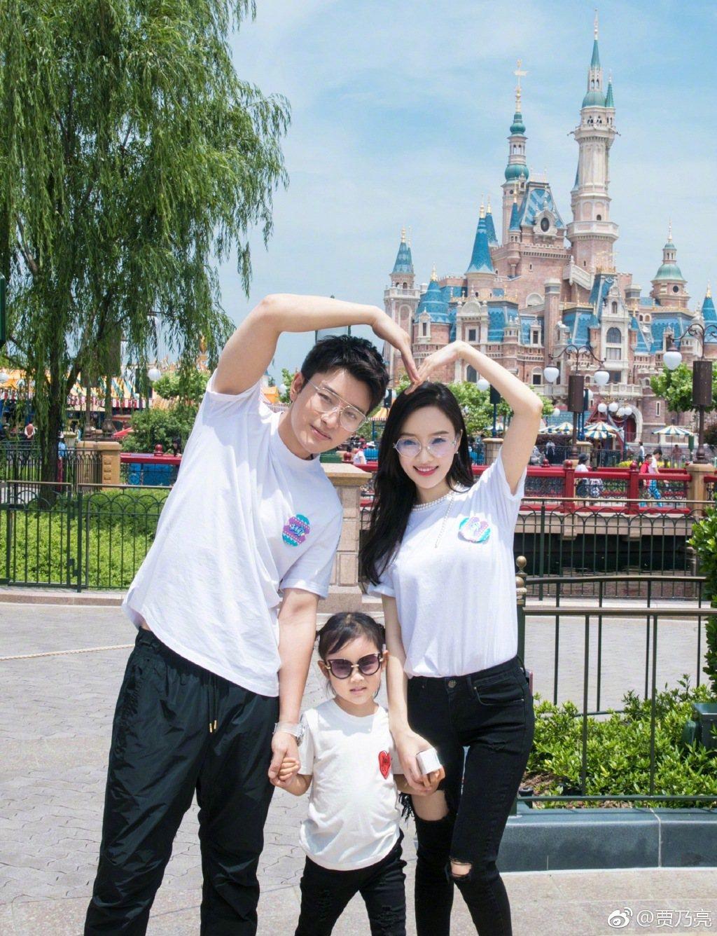 賈乃亮、李小璐夫妻育有1女,一家三口很幸福。圖/摘自賈乃亮微博