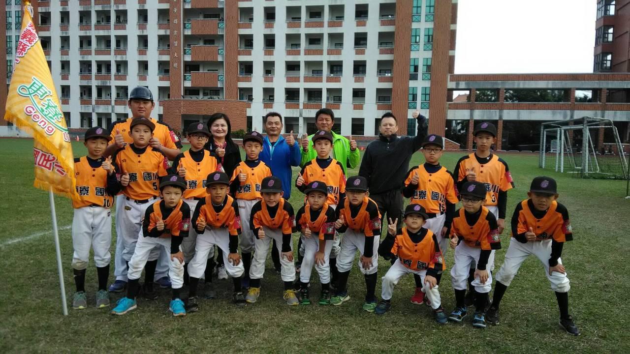 嘉義縣偏鄉六腳鄉更寮國小棒球隊成立4年,在資源貧瘠困境下年年比賽創佳績,從全縣最...