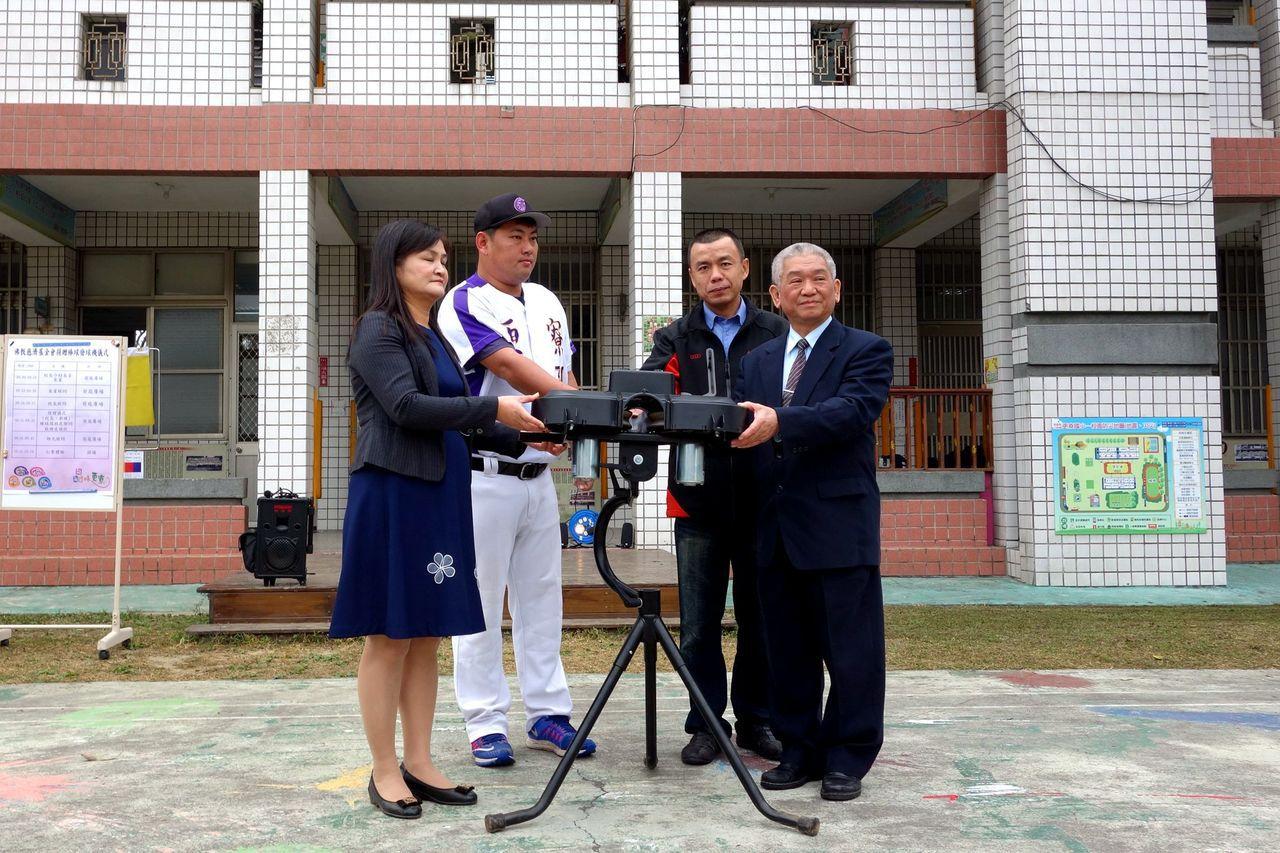 發球機捐贈儀式由更寮國小校長吳沛珊(左一)、更寮棒球隊教練黃信強(左二)、嘉義縣...