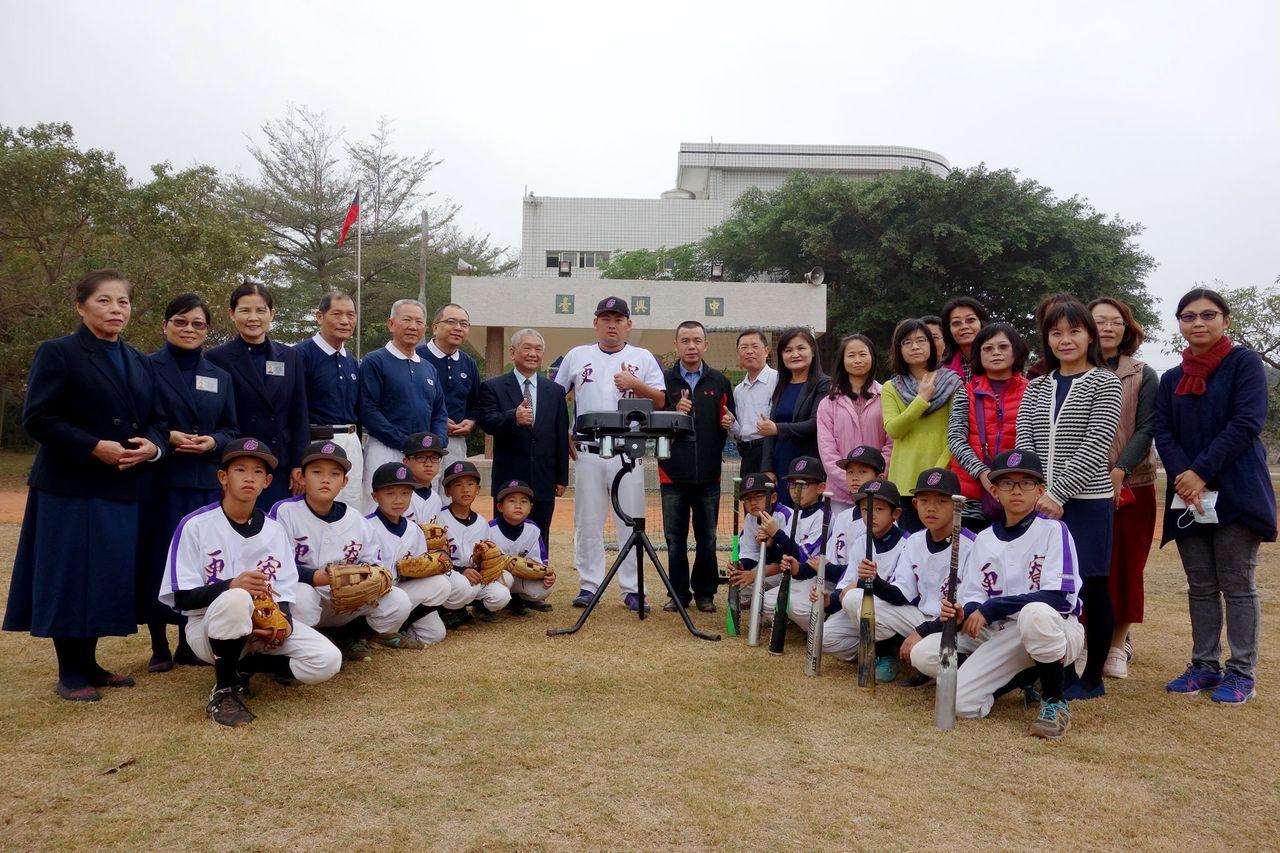 慈濟基金會捐贈棒球發球機,更寮國小教職人員、更寮棒球隊校球員與教練、慈濟志工合影...