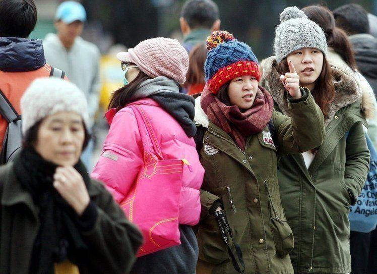氣象局指出,明天下午寒流來襲,台南以北低溫只有8到10度,空曠地區低溫更可能降到...