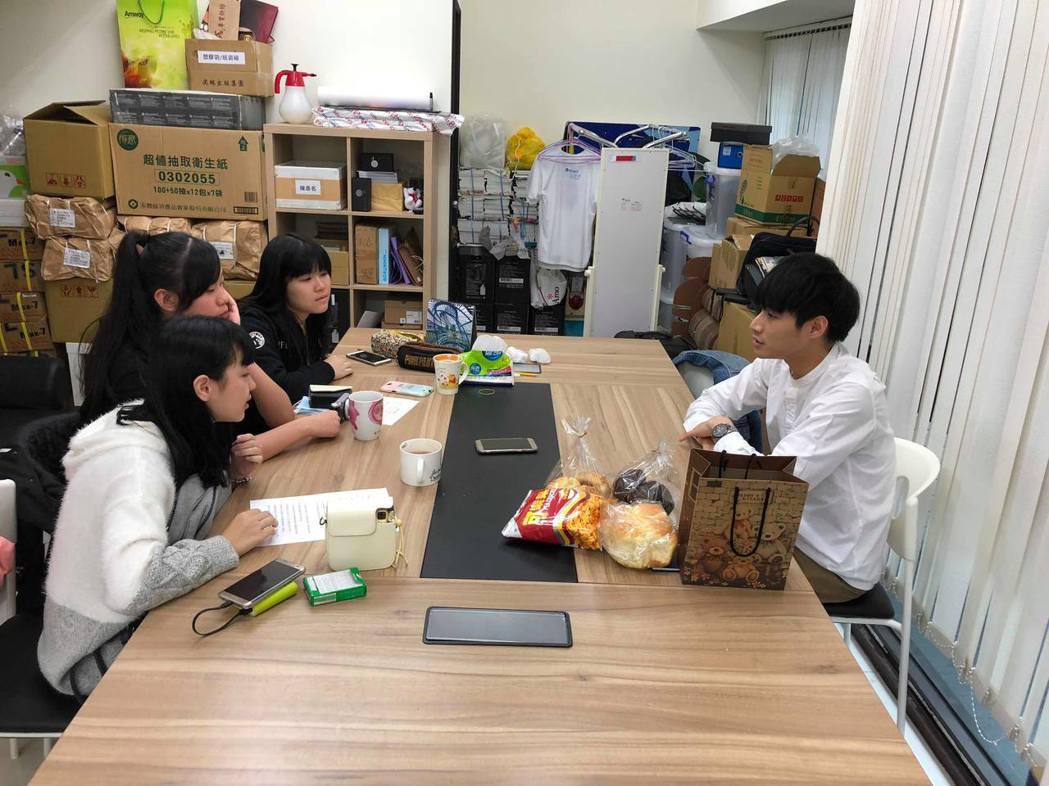 陳彥名(右)接受女同學訪問。圖/馬棋朵提供
