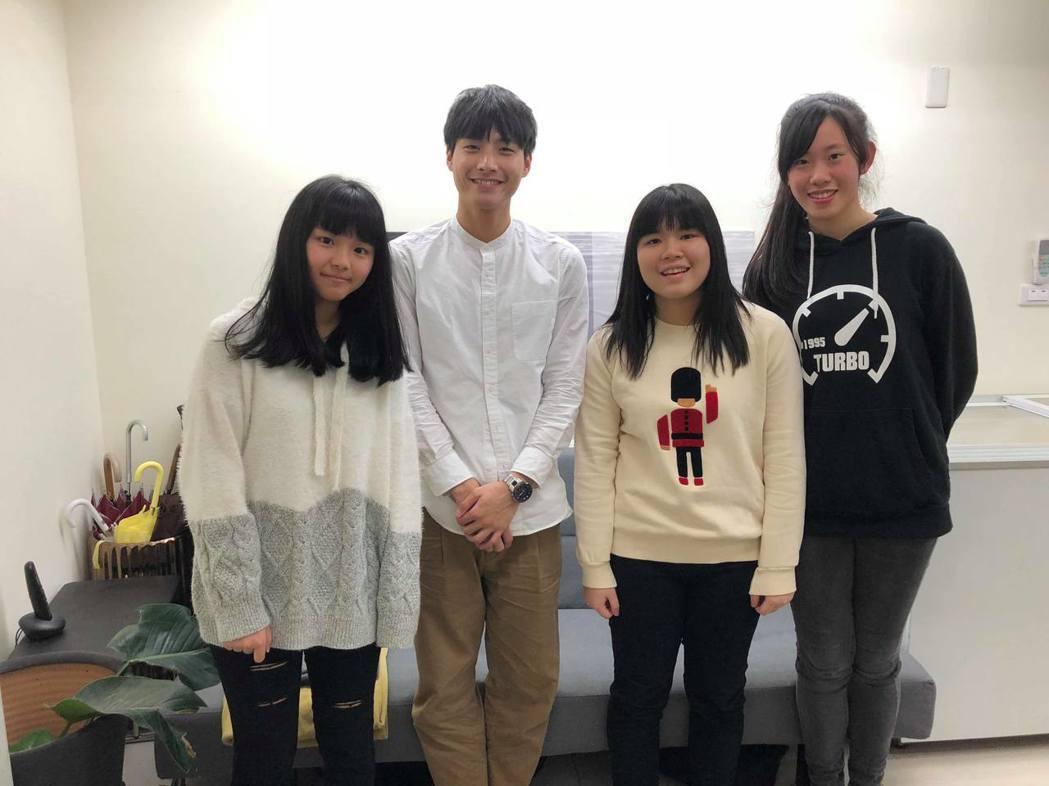 陳彥名(左二)接受女同學訪問。圖/馬棋朵提供