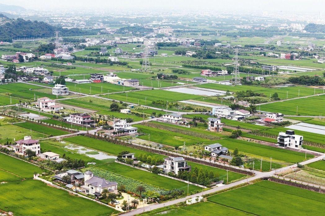 財政部20日發布解釋令,將農業設施排除在房地合一新制適用範圍之外,亦即比照農舍,...