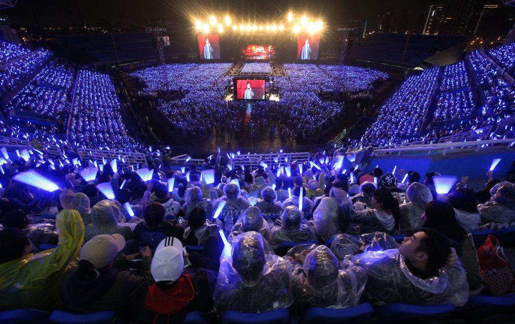 五月天演唱會下大雨。圖/記者陳正興攝