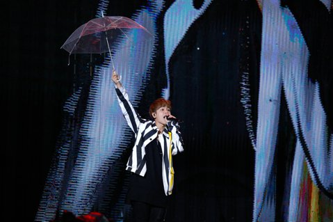 五月天「人生無限公司」世界巡演,7日桃園站最終場,鼓鼓擔任暖場嘉賓,他6日結束上海演唱會,今天中午就到台灣,直接抵達桃園演唱會擔任五月天暖場嘉賓,他冒著雨穿著雨衣又唱又跳,帶來主打歌曲「可以唷」。此...