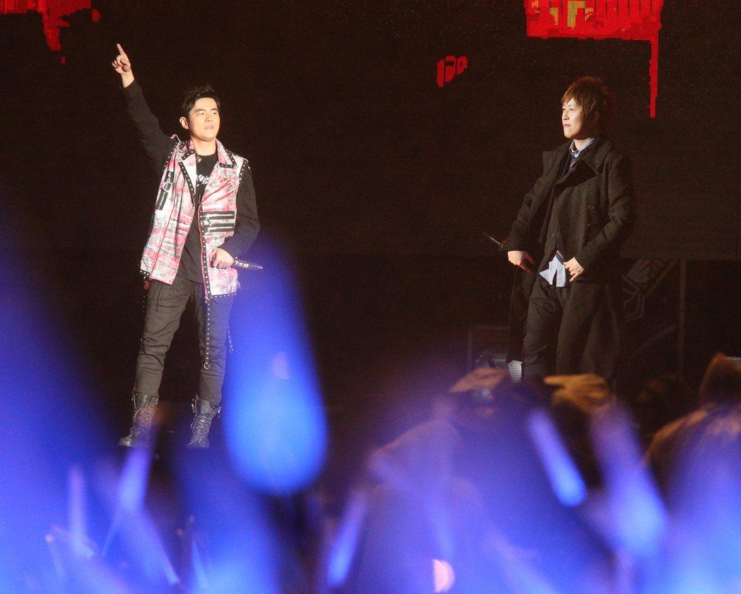 五月天「人生無限公司」世界巡演,7日晚舉行桃園站最終場,神秘嘉賓邀請到周杰倫(左