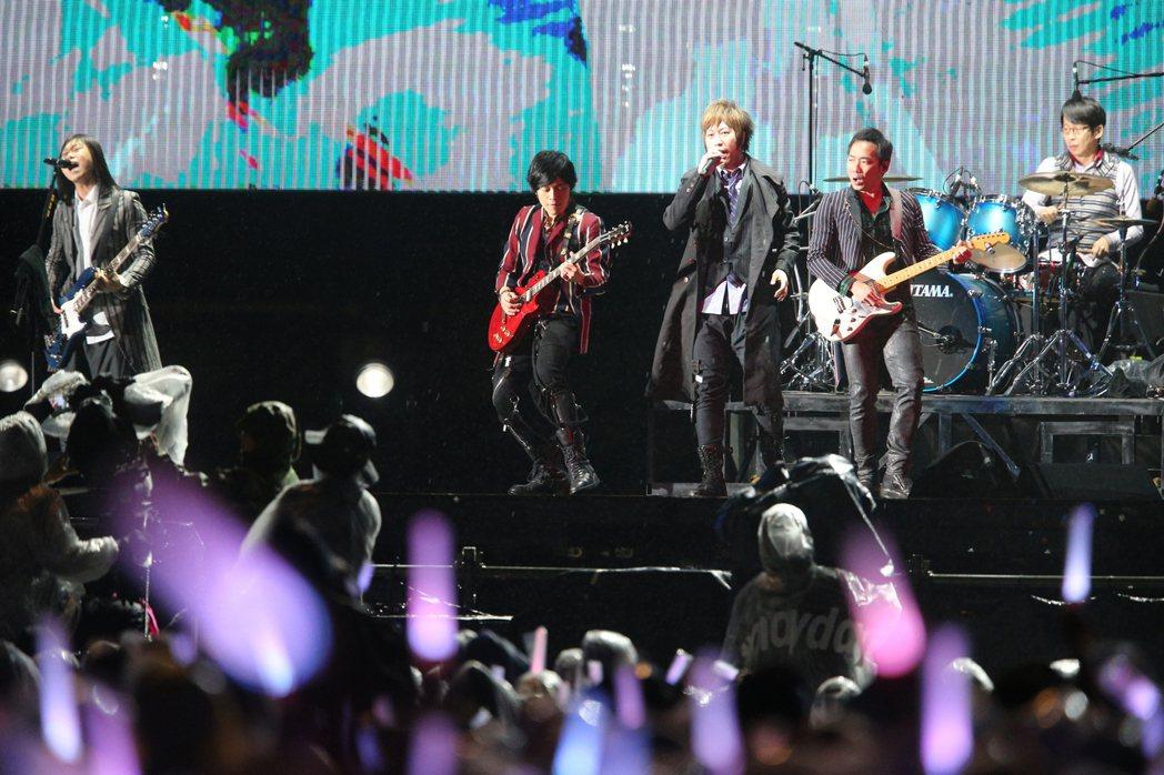 周杰倫站台五月天桃園最終場演唱會。圖/記者陳正興攝