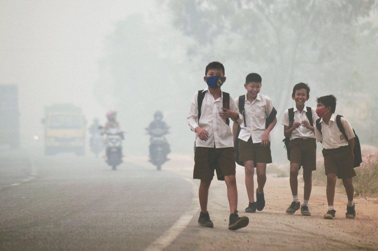 美國學者研究,空汙可能影響青少年腦部發展,進而導致偏差行為。圖為放學的印尼學生,...