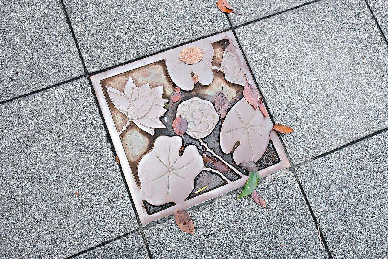 日本現在流行美化人孔蓋,各地依自己地方的特色、風景或名產等,將其繪刻至人孔蓋上,...